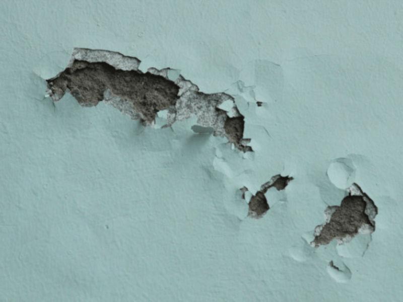 Tường bị bong tróc do thời tiết ẩm